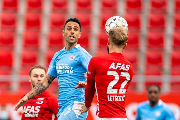 Eerder dit seizoen verloor PSV in Alkmaar van AZ. Hier probeert Eran Zahavi om Timo Letschert de baas te blijven.