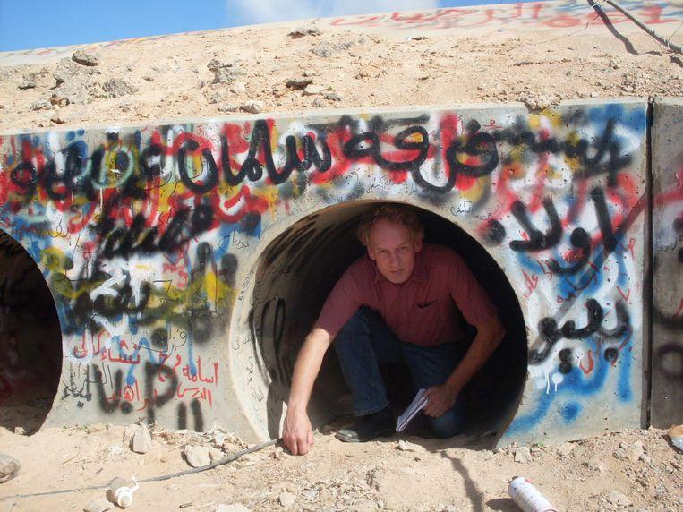 Een paar dagen na Moammar Kadhafi kruipt verslaggever Rob Vreeken uit de rioolbuis in Sirte. Beeld Muftah Mukabassi