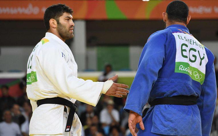 Islam El Shebaby (rechts) weigert de hand van Or Sasson. Beeld epa