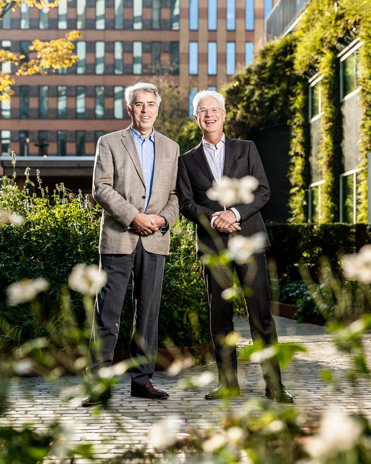 Portret, Kees van Dijkhuizen rechts (ABN) en Peter Blom links (Triodos) in de circulaire tuin voor het gebouw van de ABN-AMRO aan de zuidas.  Beeld Jiri Buller