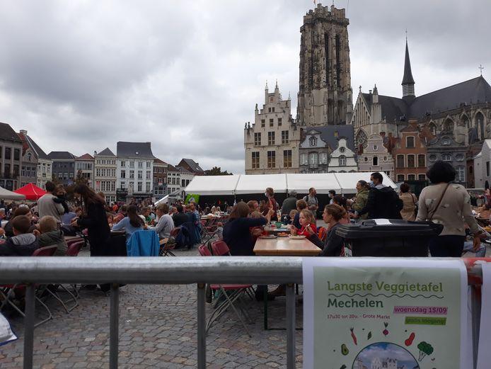 De Langste Veggietafel op de Grote Markt.