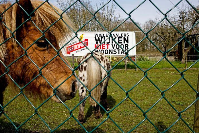 Bewoners van de Rotterdamse wijk De Wielewaal protesteren al jaren tegen de sloop en nieuwbouw in hun wijk.