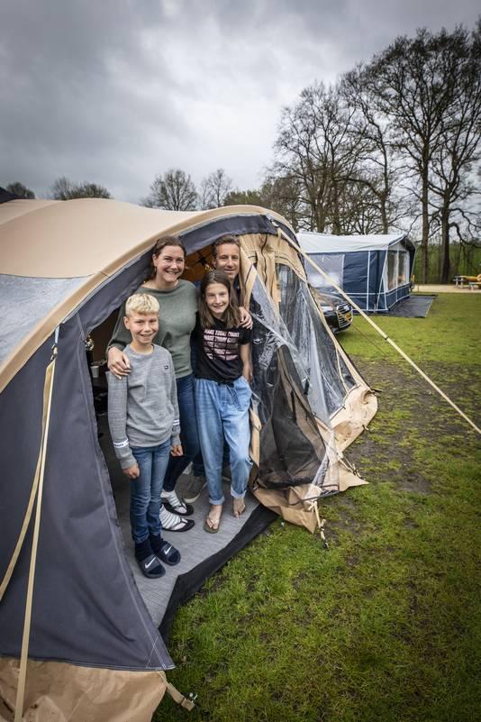 Vlnr: Mart (10), Wendy, Florien (13) en Bas Schwankhuizen.