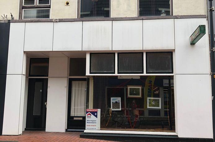 Het winkelpand op Oudestraat 72 waar voorheen foto/videozaak Michel Jeanson was gevestigd is verkocht. Maar niet aan de gemeente Berkelland, dat het pand wilde slopen.
