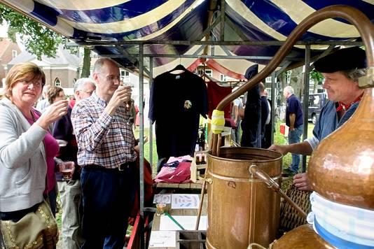 Harrie de Leijer tapt bier van De Roos op het Historisch Bierfestival.