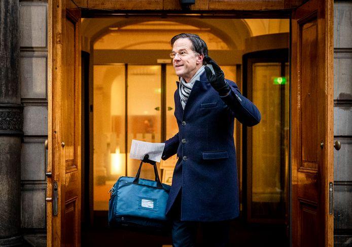 Premier Mark Rutte komt aan voor de ministerraad op het Binnenhof. De ministers komen bijeen om zich te beraadslagen over de politieke gevolgen van de toeslagenaffaire.
