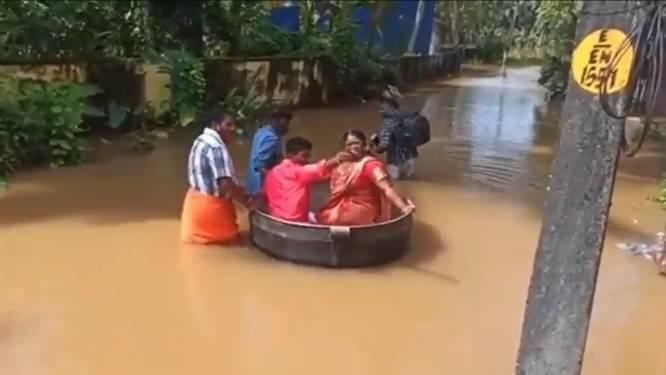Indiaas bruidspaar drijft naar huwelijk in kookpot vanwege overstroomde straten