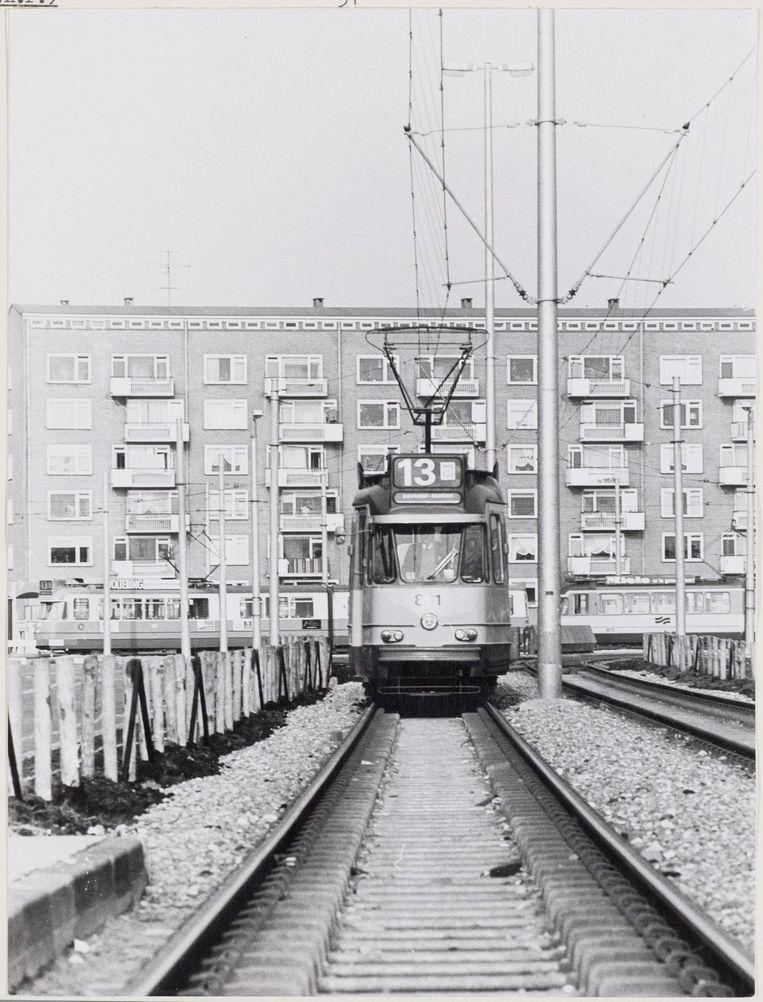 Lambertus Zijlplein, gezien vanaf de Burgemeester Röellstraat met eindpunt tramlijn 13, circa 1970 Beeld Stadsarchief