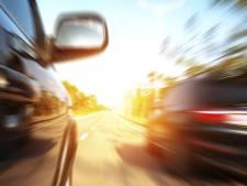 Rijenaar drift om geparkeerde auto's bij Rat Verlegh Stadion en raakt rijbewijs kwijt