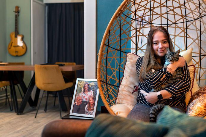 """Annica van Eekeren met poes Scooter. Annica werd een jaar geleden uit haar huurhuis gezet in Didam en kreeg van een lezer van de Gelderlander goedkoop een appartement in Velp aangeboden. ,,Ik ben die man nog steeds ontzettend dankbaar."""""""