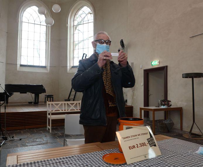 Piet Brakman trekt de winnaars in de actie voor de kapotte ramen van de Grote Kerk.