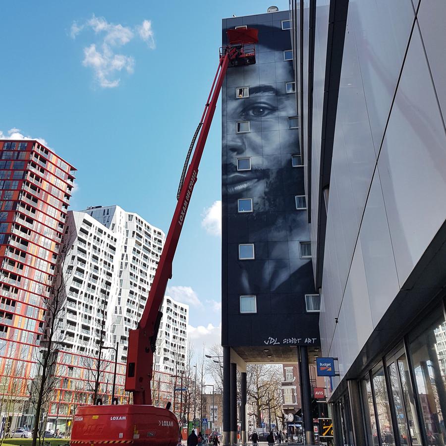 Judith de Leeuw van JDL Street Art werkt aan de muurschildering van Winne aan de West-Kruiskade.