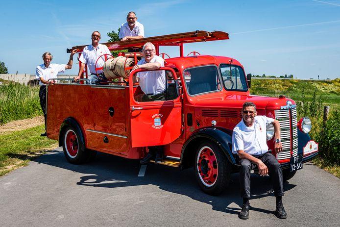 Brandweermannen hebben samen de oude Bedford brandweerauto van Woubrugge compleet gerestaureerd, met op de wagen: Leen Donker, Leen van Wageningen, Rene van Wageningen, Dick Havenkamp en Leen van Wouwen (vrnl).