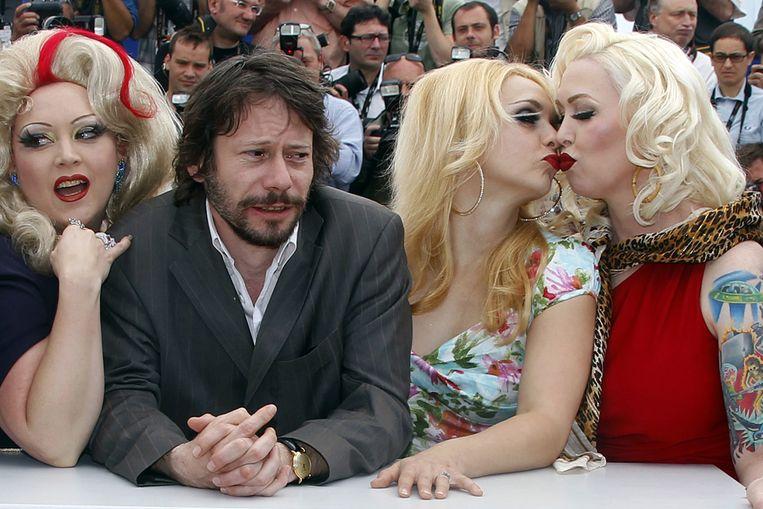 Regisseur Mathieu Amalric met een deel van de cast van zijn Burlesquefilm Tournée (Reuters) Beeld