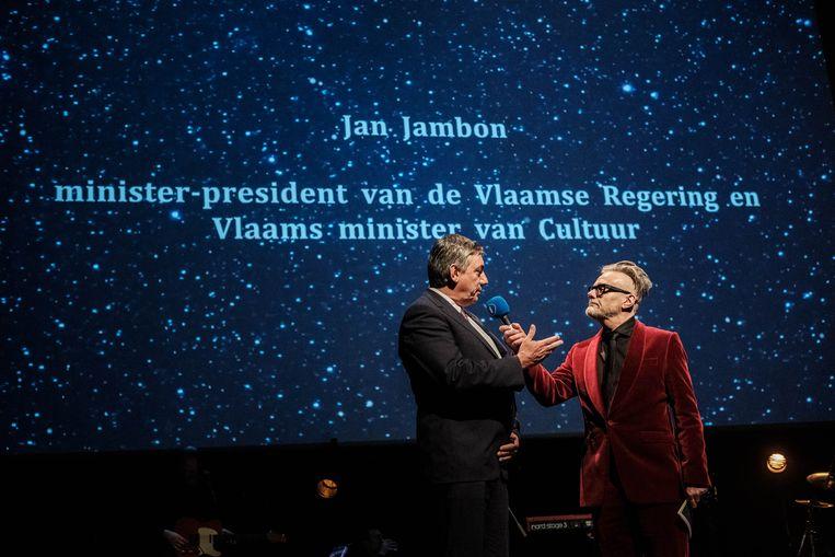 Vlaams Minister van Cultuur Jan Jambon kreeg tomaten naar zijn hoofd gegooid tijdens de uitreiking van de Ultima's. Ze troffen geen doel. Beeld Wouter Van Vooren