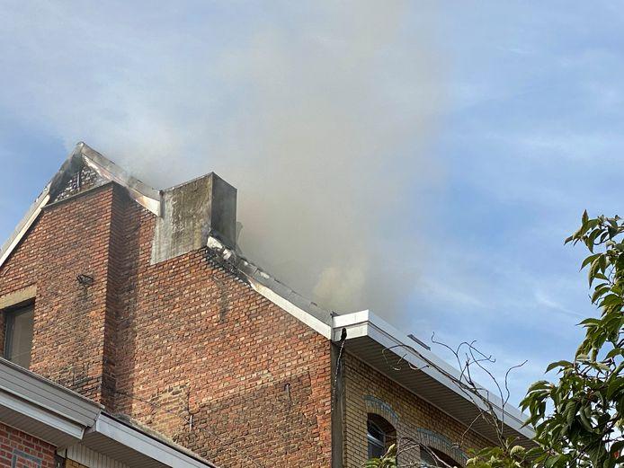 De brand begon op de zolderverdieping. Uiteindelijk zakte de vloer van de zolder in.