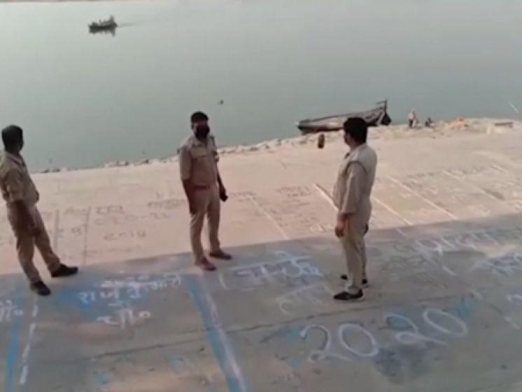 Corona sloopt ook Indiase platteland: lijken drijven in de Ganges