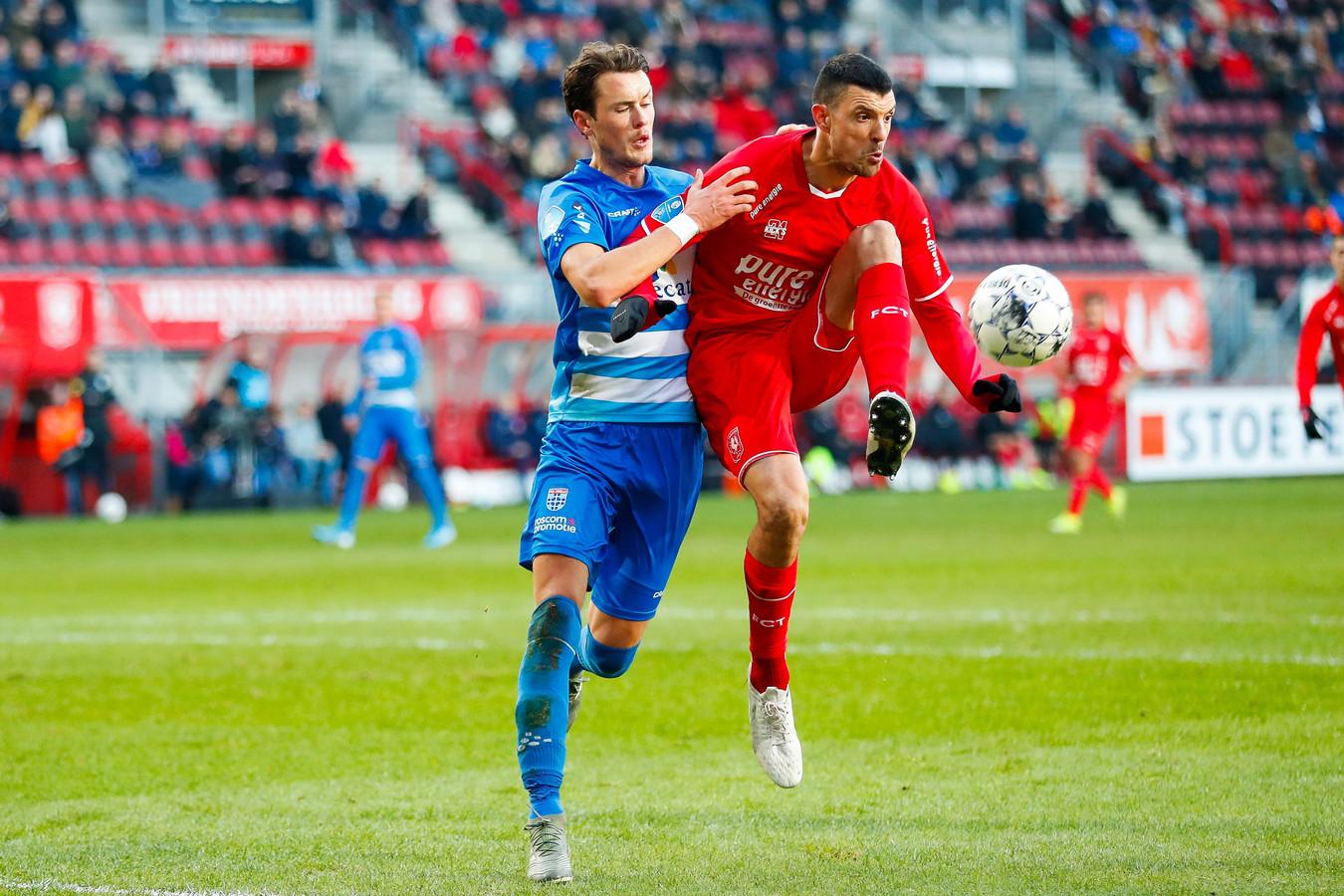 Haris Vuckic (rechts) in duel met Fins international Thomas Lam.