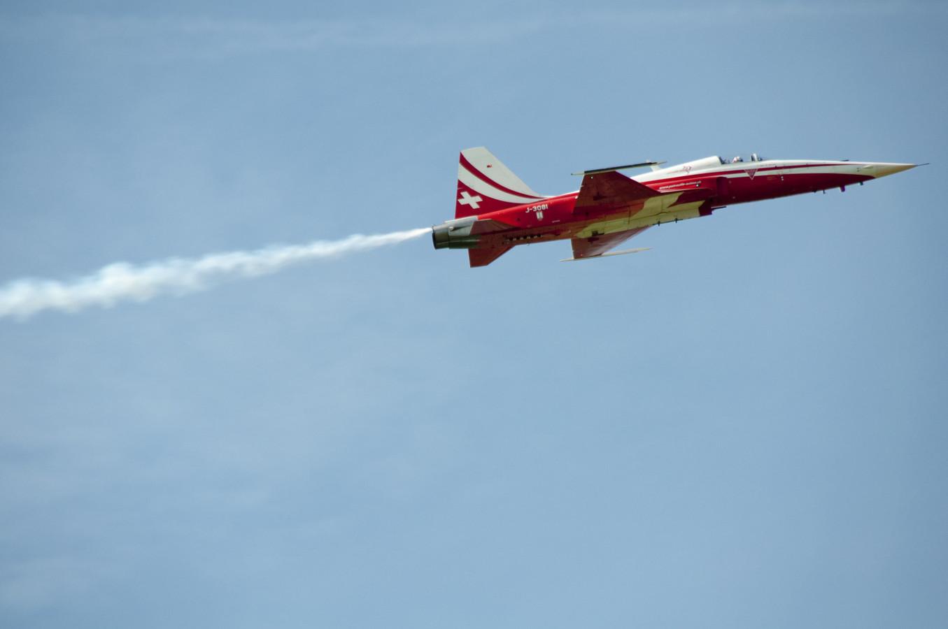 Een F-5 verlaat de luchtmachtbasis Leeuwarden