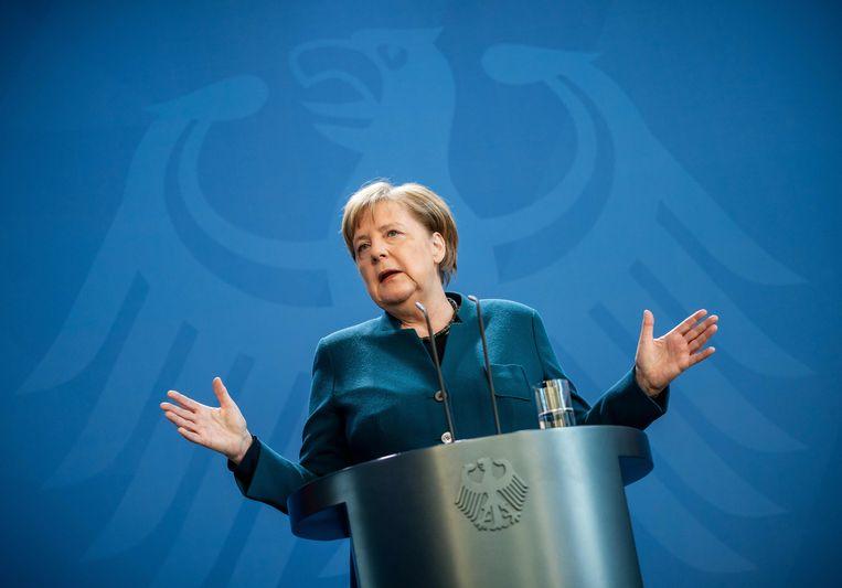 Vanaf middernacht geldt op Duitse straten een omvangrijk contactverbod, zo verkondigde Bondskanselier Merkel zondagmiddag. Merkel is ondertussen in quarantaine. Beeld AFP