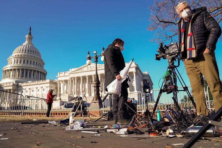 Journalisten bekijken hun beschadigde spullen, een dag nadat Trump-aanhangers het Capitool bestormden en daarbij ook de pers aanvielen. Beeld REUTERS