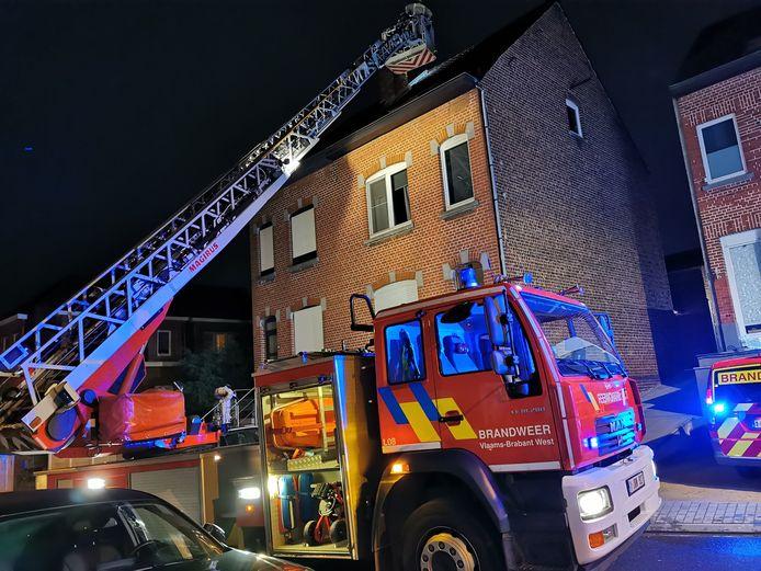 Van op de ladderwagen werd het vuur in de schoorsteen van een huis in de Zavelstraat gedoofd.
