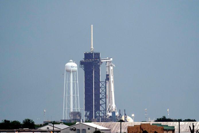 La fusée SpaceX Falcon 9 avec la capsule Crew Dragon prête à décoller de la plateforme de lancement du Kennedy Space Center à Cape Canaveral, en Floride.