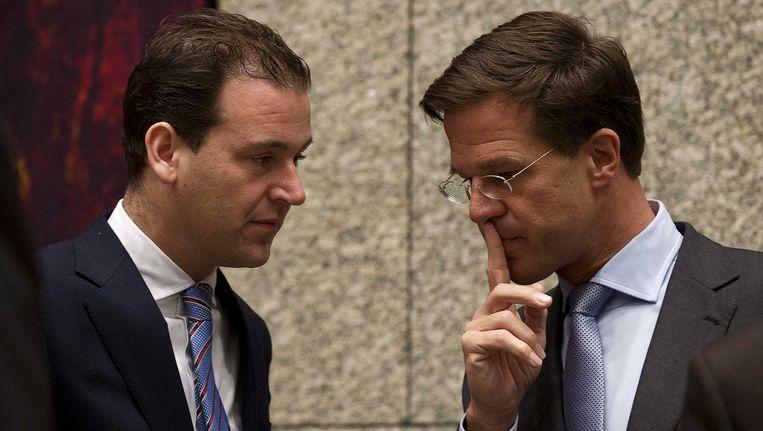 Premier Mark Rutte praat met vicepremier Lodewijk Asscher, Beeld anp