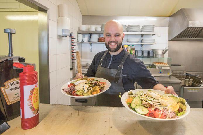Kok Niels Branders met twee salades.