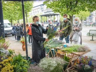 """Waarom Gentenaars met plezier drie kwartier aanschuiven voor de bloemen van 'Inge uit Holland': """"Iedereen denkt dat ik ze zelf heb geplukt"""""""