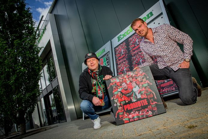 'Zigge Zagge' Eus (links) krijgt de eerste tegel NEC-promotietegel uitgereikt van Joeri van Eldijk.