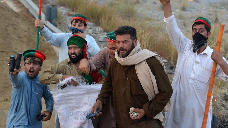 Demonstranten van de oppositiepartij eisen dinsdag het aftreden van de van corruptie verdachte premier Nawaz Sharif. Beeld getty