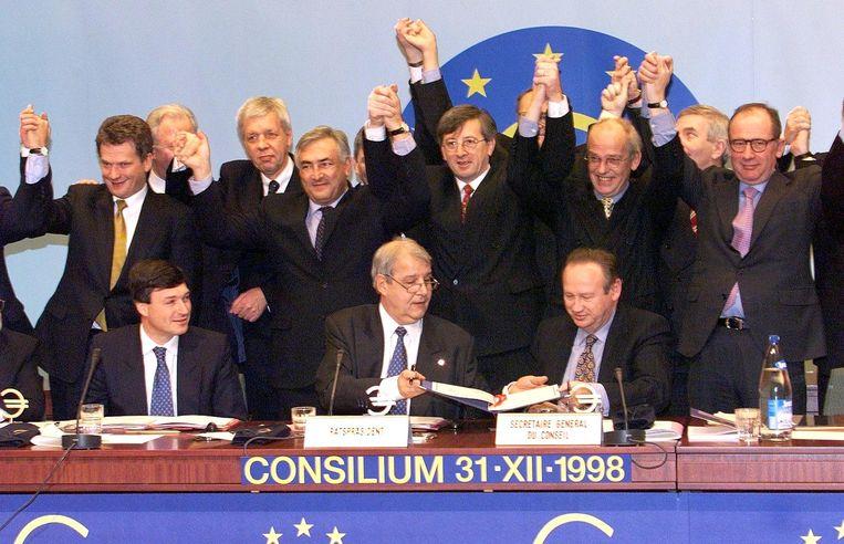Europese ministers van Financiën poseren op 31 december 1998 in Brussel bij het onthullen van de wisselkoersen. Beeld AFP