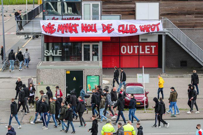 Spandoek van supporters gericht aan de directie, buiten stadion De Kuip tijdens de wedstrijd tussen Feyenoord en RKC Waalwijk op 16 mei.