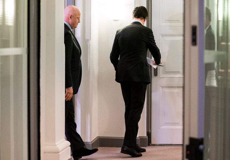 Ferdinand Grapperhaus en Mark Rutte op weg naar buiten om te reageren op de uitspraak van de rechter.  Beeld Freek van den Bergh / de Volkskrant