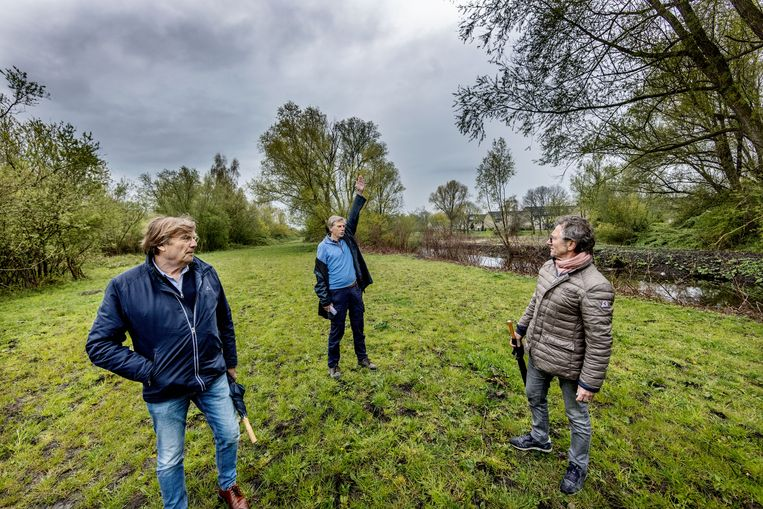 Maarten Vlijmincx (r), Ad Grool (m) en Jaap Wolff (l) zijn tegen de windmolenplannen rond Zuidoost.  Beeld Jean-Pierre Jans