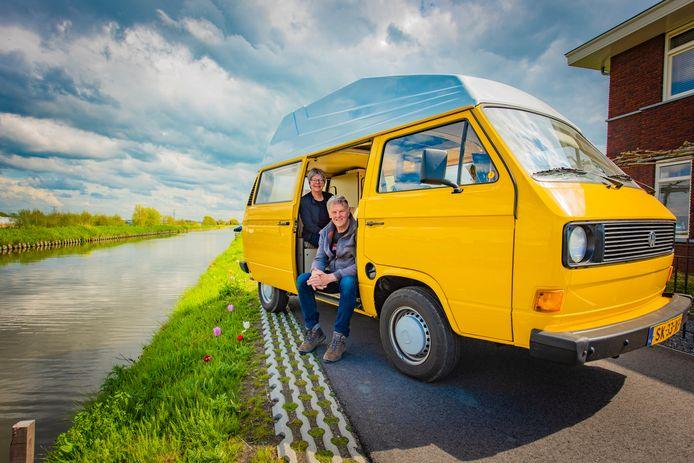 Peter Berendse (65) en zijn vrouw Petra (61) zijn nog altijd dolblij met hun bijzondere camper.