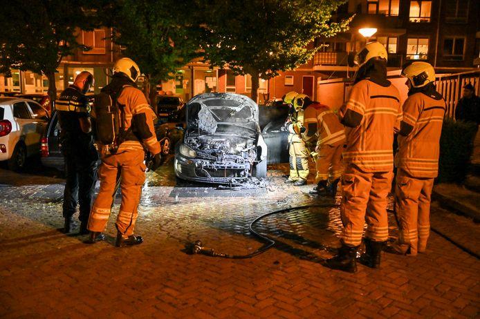Aan het Matena's Pad in Dordrecht is maandagavond rond 23.50 uur een auto flink beschadigd geraakt door een brand. De politie vermoedt dat het vuur is aangestoken. Onderzoek moet dat uitwijzen.