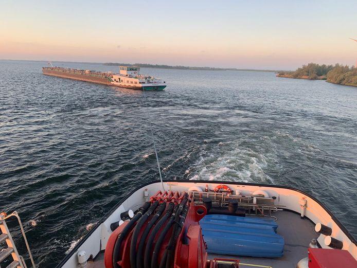 """Berger Reinier van der Zee sleept de tanker Reimerswaal, die zondagmorgen aan de grond liep, naar de haven voor inspectie aan de onderkant van het schip. ,,Als dat beschadigd is, kan de schade wel een of twee ton zijn."""""""