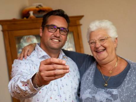 Na 25 jaar werd de ring van Dennis weer teruggevonden in café De Luifel: 'Bijna een wonder'