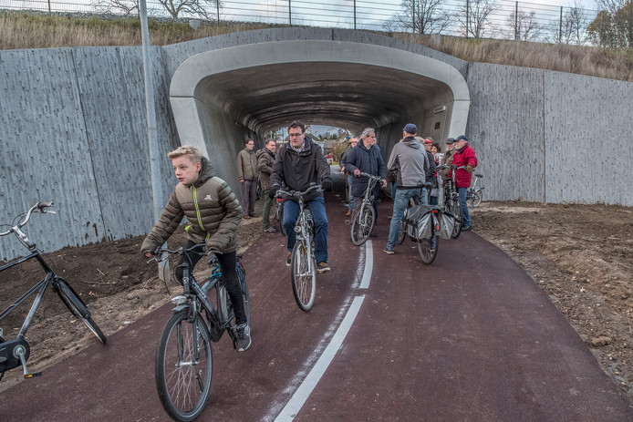 De fietstunnel in Mook, waardoor fietsers veiliger van Cuijk naar Nijmegen kunnen fietsen. Ook de politiek in de gemeente Overbetuwe pleit voor fietstunnels, in Valburg en Oosterhout.