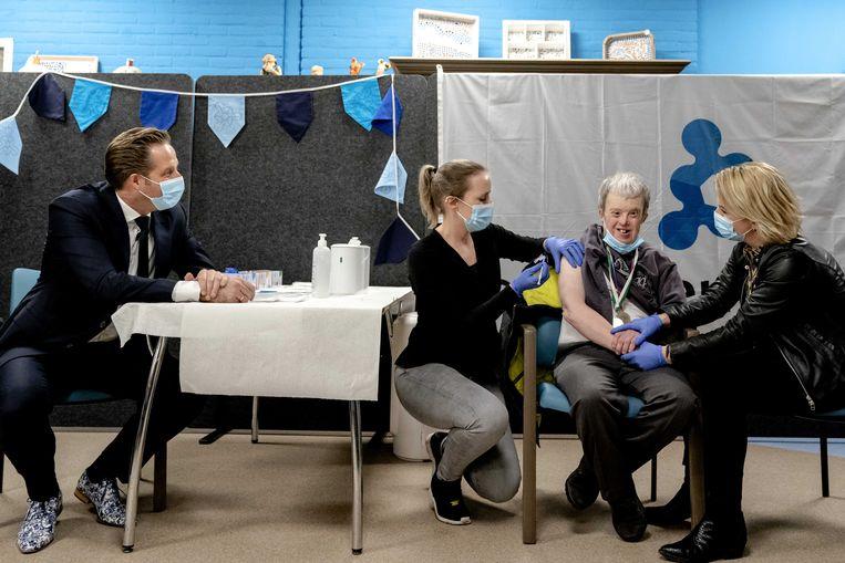 Demissionair minister Hugo de Jonge (Volksgezondheid) op bezoek bij een zorginstelling op 18 januari 2021. Na de eerste vaccinaties voor zorgmedewerkers was ook de vaccinatie van bewoners van verpleeghuizen en instellingen voor gehandicaptenzorg gestart.  Beeld ANP