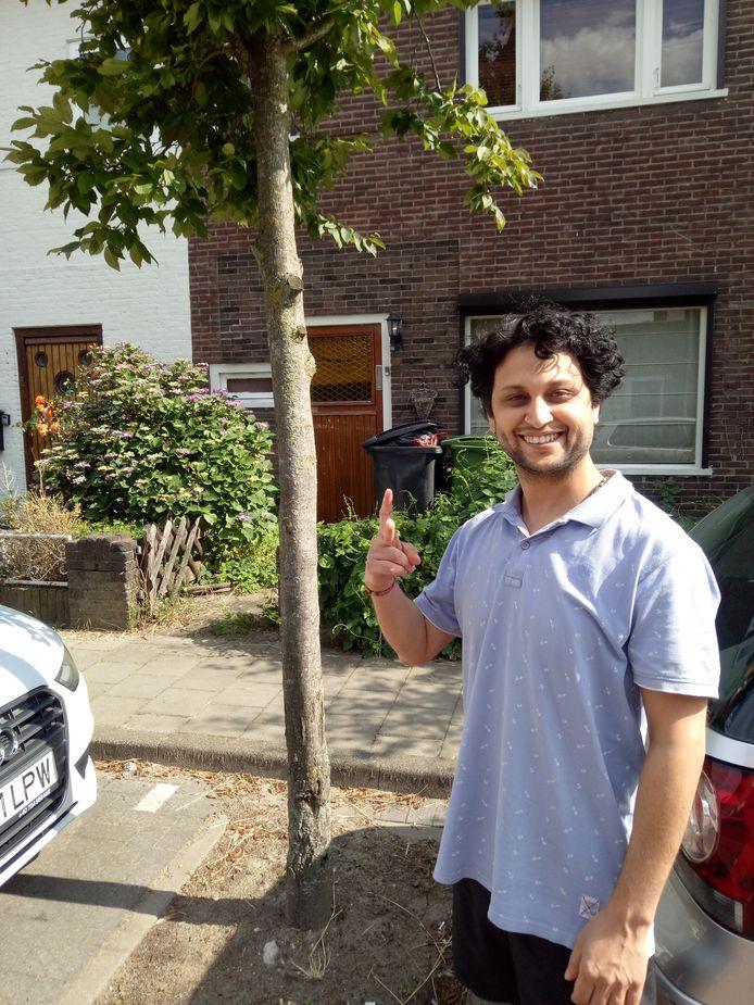 Rajesh voor zijn huis in de Pioenroosstraat in Eindhoven.