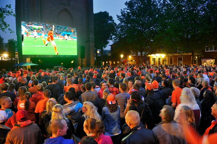 Een overvol Lieve Vrouwekerkhof in Amersfoort tijdens de halve finale van het WK in 2014 tussen Nederland en Argentinië.