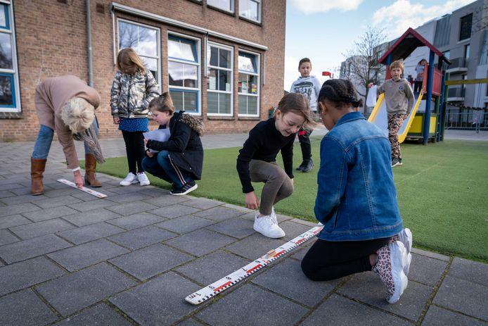 Buitenles van groep 5 op basisschool Sunte Werfert, juf Alice Zweers doet het voor.