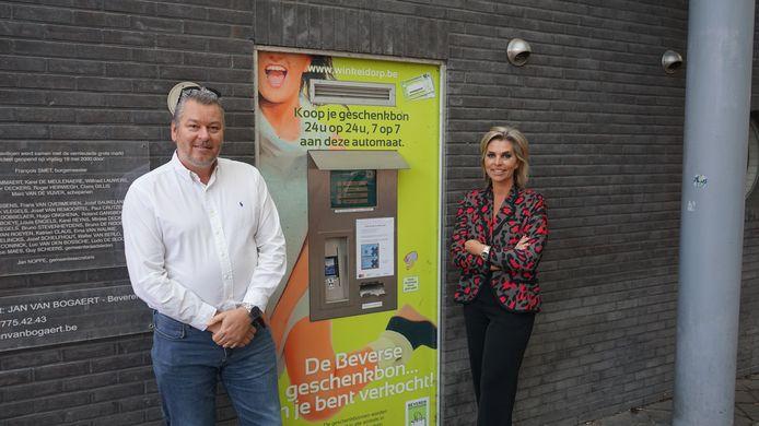 Bert De Hertogh en Inge Brocken aan één van de twee geschenkbonautomaten in het Beverse winkelcentrum.