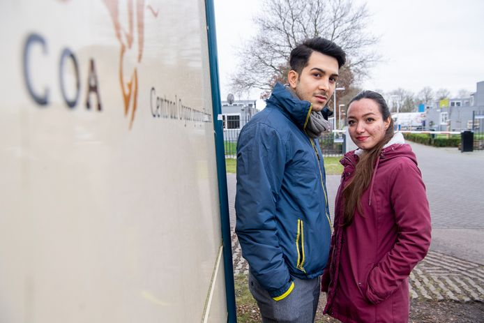 Farid Fazlali  en zijn vrouw Parisa Moazezimozddozghazvin ontvluchtten Iran en leven nu tot ze een definitieve vergunning krijgen in het asielzoekerscentrum in Hardenberg.