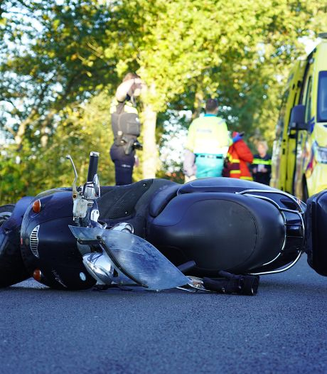 Wandelaar en scooterrijder lichtgewond naar ziekenhuis na botsing in Molenschot