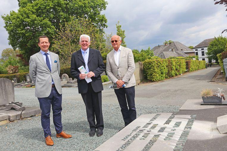 Schepen Tim Herzeel, burgemeester Walter De Donder en projectontwikkelaar Werner Lagrilliere op de begraafplaats van Hekelgem. Achter de haag wordt de nieuwe parking gerealiseerd.