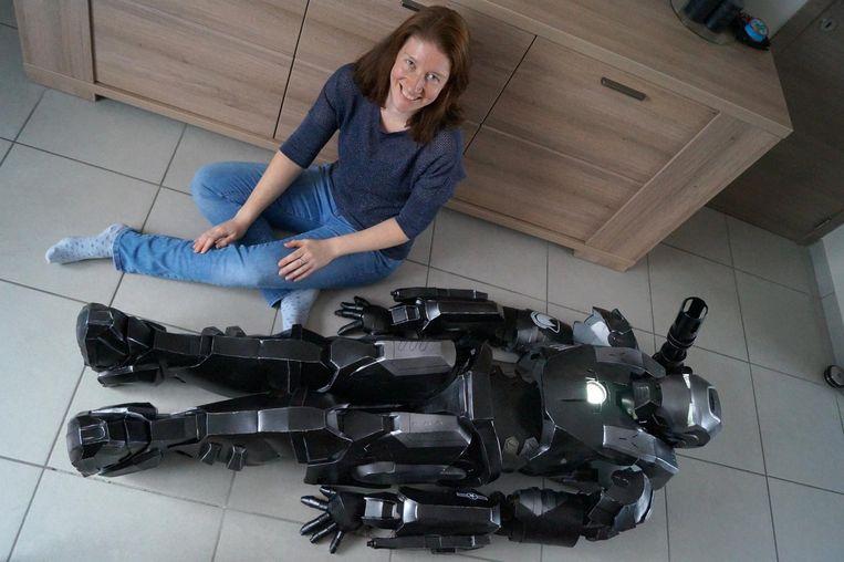 Liesbeth De Waele bij haar War Machine-kostuum. Ze trekt er straks mee naar FACTS.